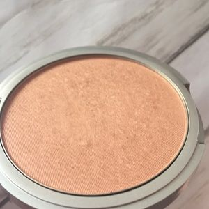 theBalm Makeup - Cindy Lou manizer by the balm